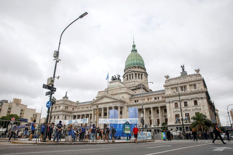 Gente frente al Congreso de La Nación por el inicio de la Apertura de las Sesiones Legislativas
