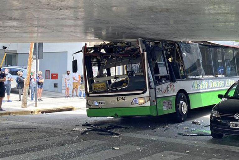 Belgrano: un colectivo se atascó en el viaducto del tren Mitre