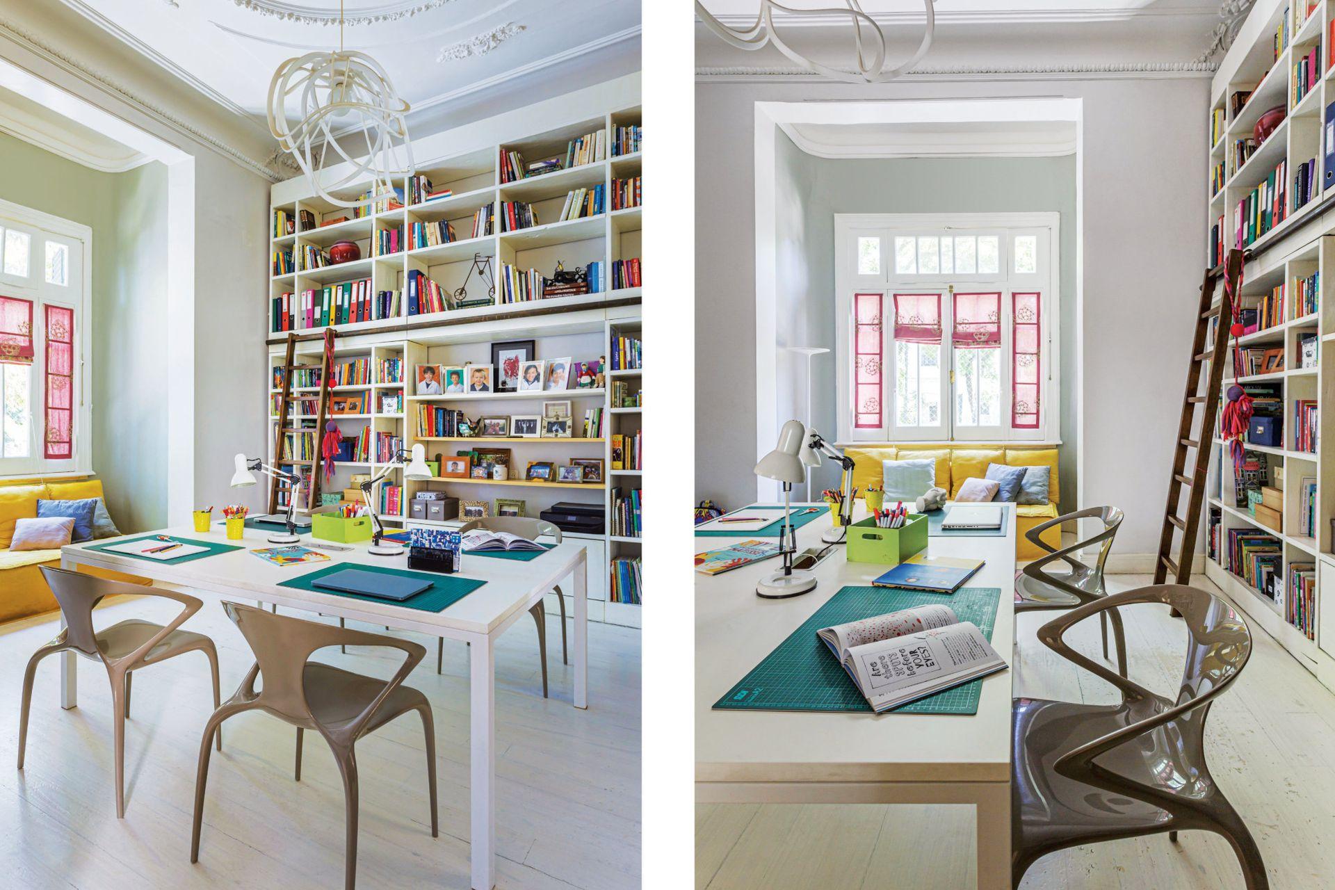 En el escritorio de los chicos, piso de madera pintado y un escritorio para cada uno (Victoria D'Ornellas). Lámpara (Ligne Roset, París), enorme biblioteca (Bacano) y sofá amarillo (Good Luck Casa).