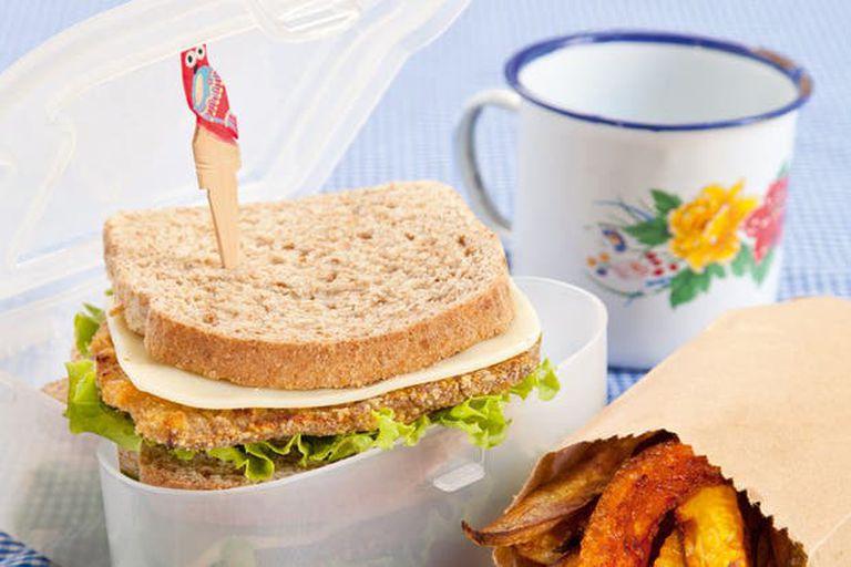 Milanesita en sándwich con cuñas de batata y calabaza