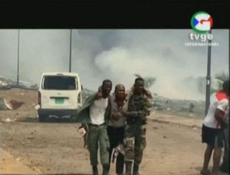 Una imagen de televisión muestra el traslado de un herido
