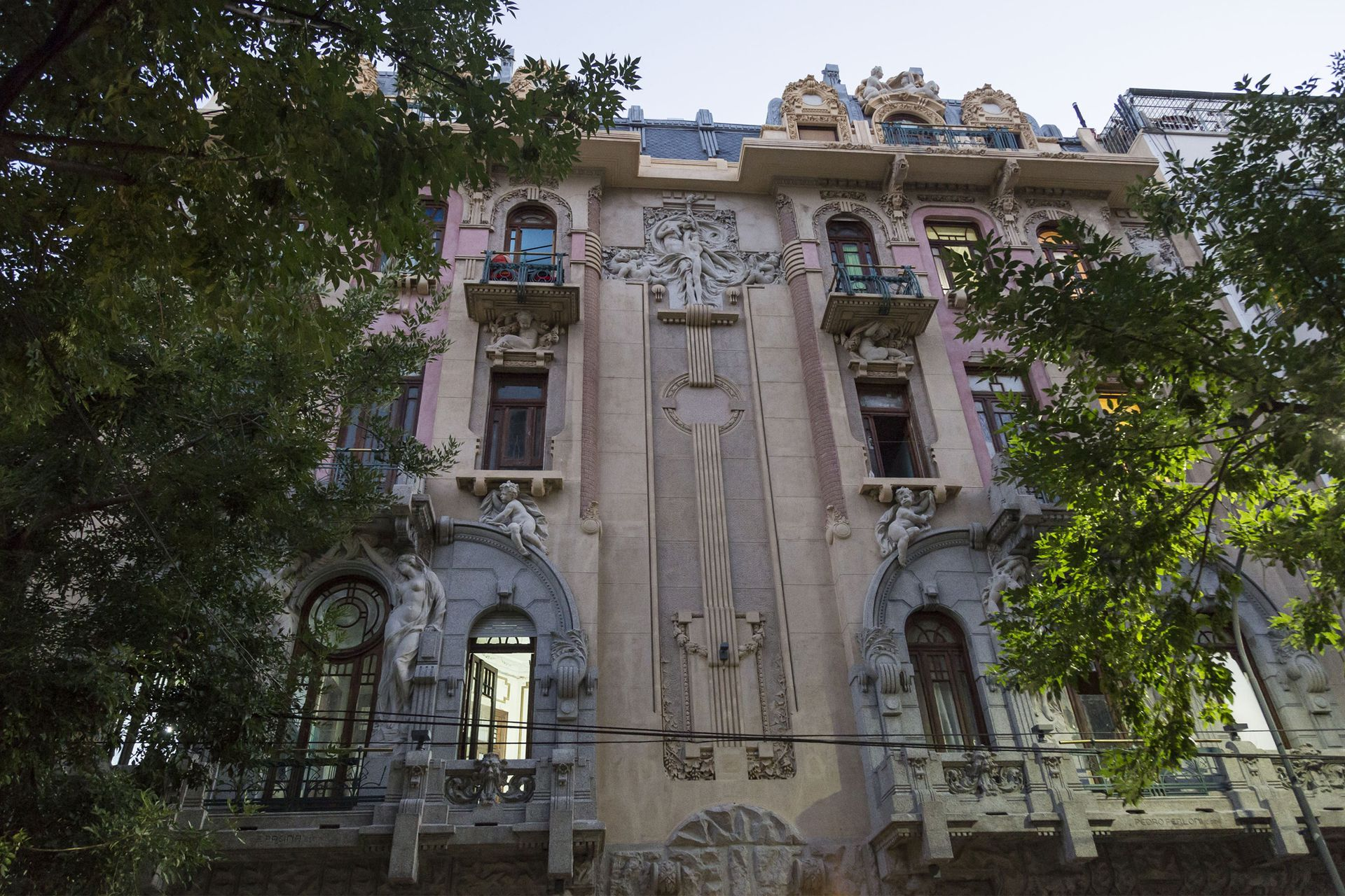Fachada de la famosa Casa Calise, obra del arquitecto Virginio Colombo, en Hipólito Irigoyen 2562, Balvanera.