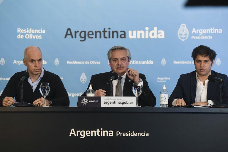 Alberto Fernández, Axel Kicillof y Horacio Rodríguez Larreta preparan el anuncio de la extensión de la cuarentena para el mediodía, aunque en los últimos discursos se retrasó el inicio de la conferencia.