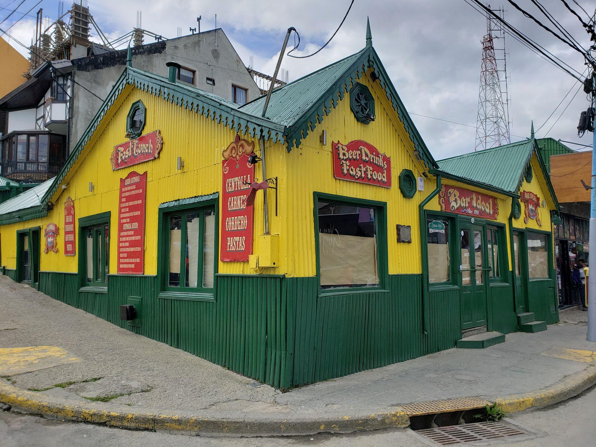 El Bar Ideal queda en Av. San Martín esquina Julio Argentino Roca.