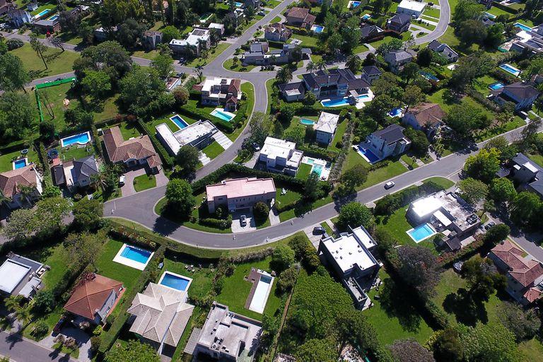 El éxodo de la ciudad a las zonas suburbanas hizo que se dispararan los precios de los alquileres y que además se cobren en dólares