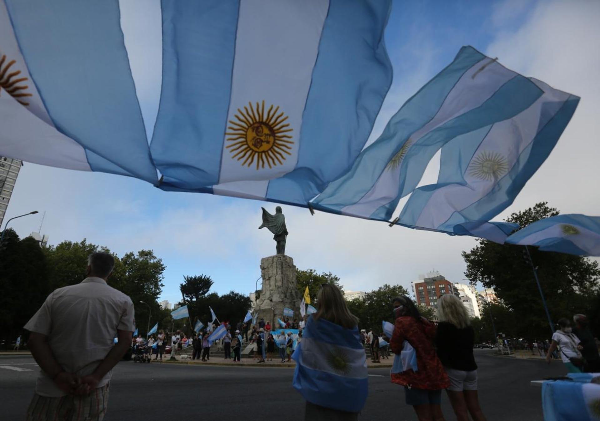 Banderazo durante la manifestación en Mar del Plata