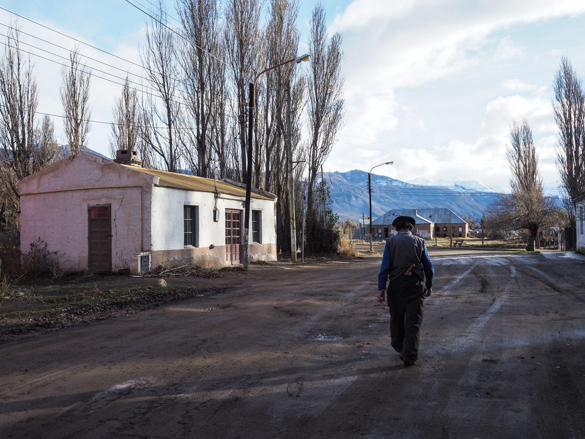 Un poblador camina en una de las calles del pueblo en Lago Posadas
