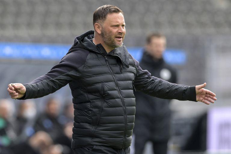 El técnico del Hertha Berlin, Pal Dardai, sigue las acciones durante un duelo de la Bundesliga ante el Borussia Moenchengladbach, en Berlín, Alemania, el sábado 10 de abril de 2021. (Soeren Stache/Pool vía AP)