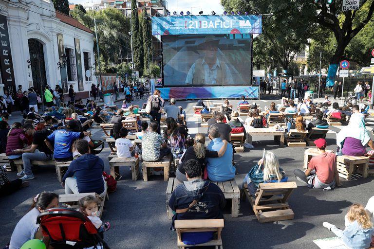 Raros peinados, películas y la magia del cine ganaron las calles