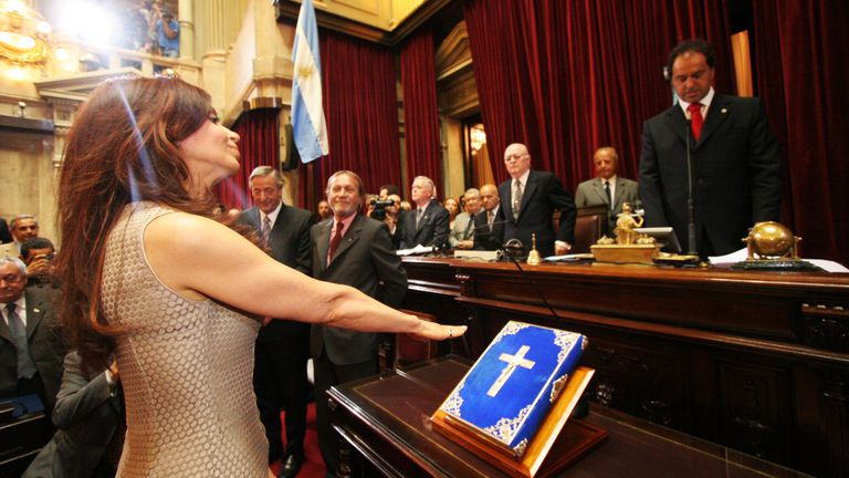 Daniel Scioli toma juramento a la senadora por la provincia de Buenos Aires, Cristina Fernández de Kirchner, el 14 de diciembre de 2005