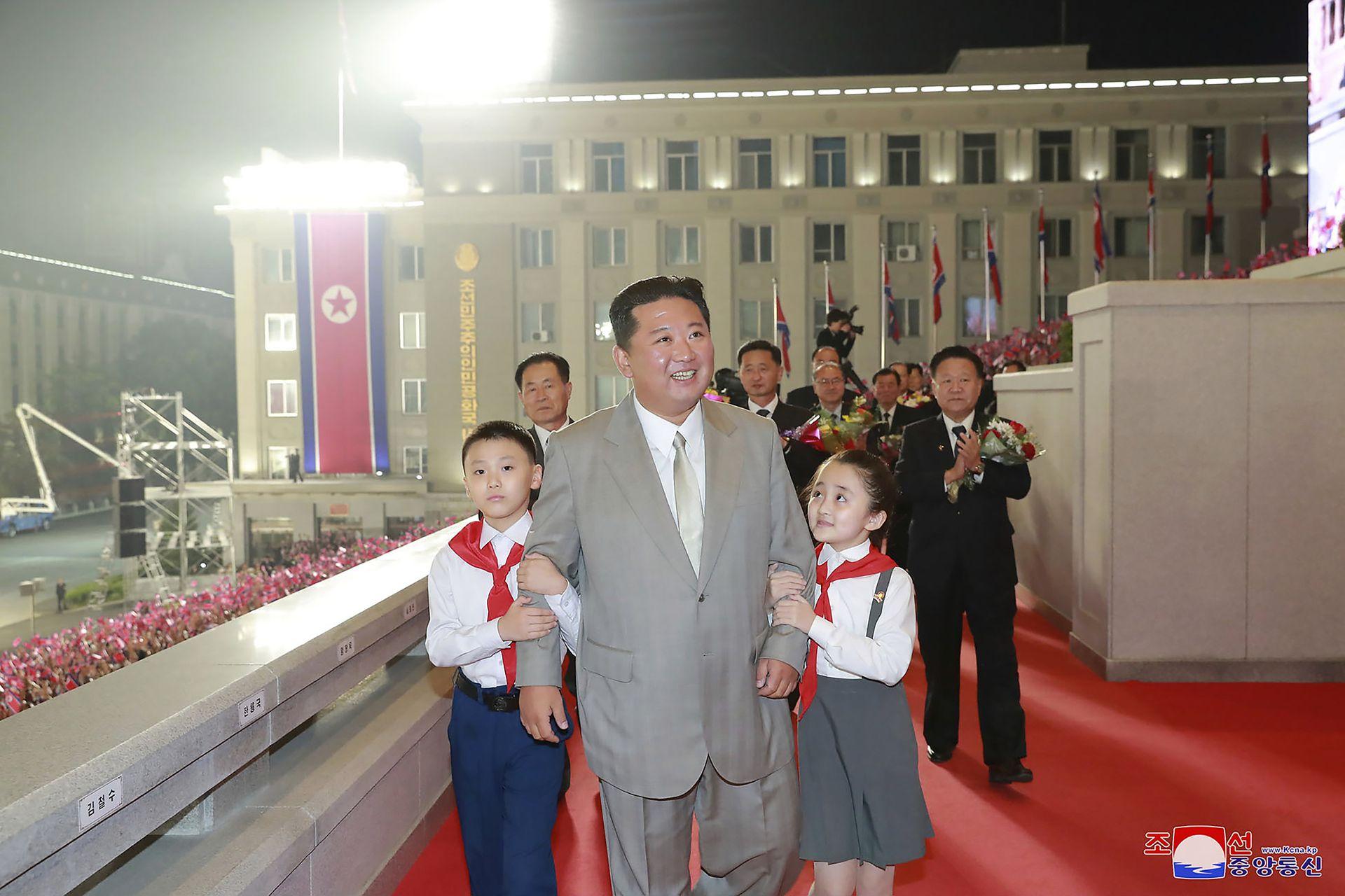 Kim Jong Un camina con niños durante una celebración del 73 aniversario de la nación en la plaza Kim Il Sung en Pyongyang.