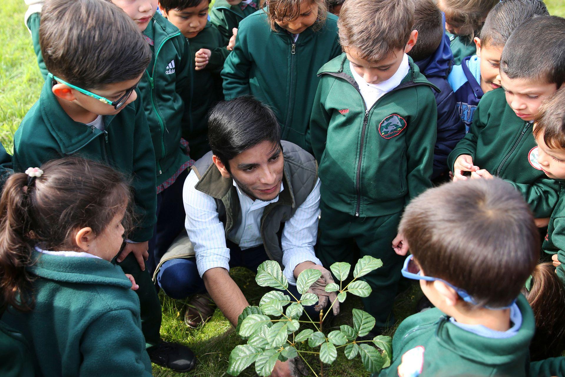 Los chicos de sala de 3, 4 y 5 se comprometieron a cuidar la Hovenia que plantaron