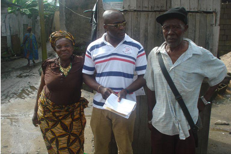 Máxime junto a sus padres en Douala