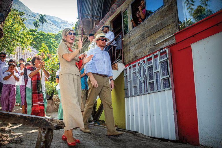 El jueves 12 la pareja real se interiorizó sobre el turismo sustentable en lago Toba. Para la ocasión, Máxima optó por la comodidad de un conjunto de top con flores y pantalones de lino de Natan. Lo acompañó con ballerinas Salvatore Ferragamo y clutch de A Bag With a Story.