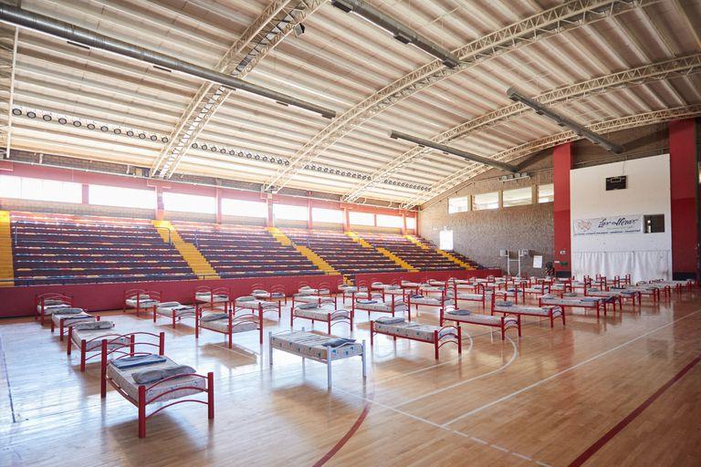 Mendoza: Se instalaron 52 camas en la cancha techada del Polideportivo Vicente Polimeli, ubicado en el municipio de Las Heras