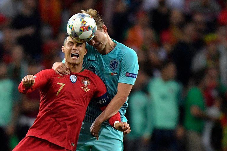 Cristiano lucha por la pelota con De Ligt