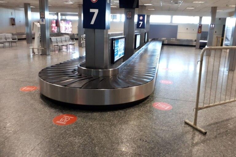 También habrá que mantener la distancia al momento de retirar las valijas