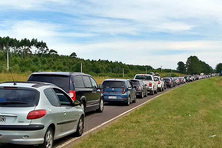 La afluencia de automóviles hacia el puente Libertador General San Martín, que une Gualeguaychú con Fray Bentos, genera demoras de más de cinco horas