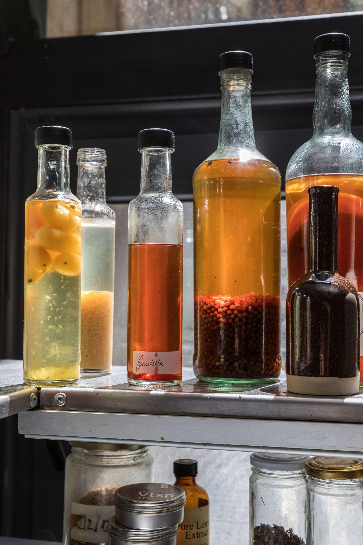 Flores, frutas, especias y aromáticas son protagonistas de la alquimia que transforma sus esencias en ácido acético con el sello Müller & Wolf.