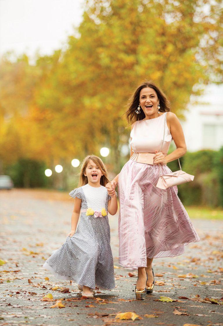Madre e hija posan haciendo twinning. Giovanna lleva un vestido de Jorge Ibáñez y María Fernanda, uno de la última colección de Fabián Zitta.