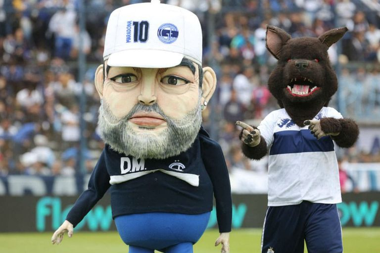 El Maradona en formato muñeco, junto a la mascota de Gimnasia