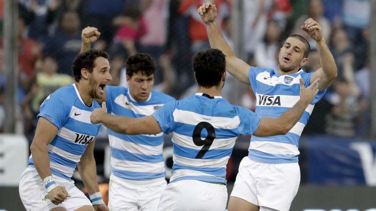 El abrazo entre Tuculet, González Amorosino, Landajo (de espaldas) y Cubelli, tras el triunfo de los Pumas