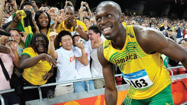 Usain Bolt sonríe a los fans luego de ganar la competencia de los 100 metros en los Juegos Olímpicos de Beijing, en agosto de 2008