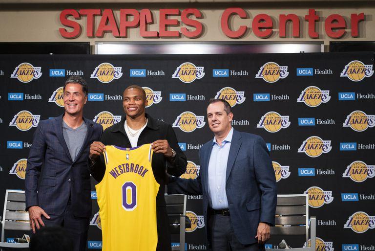 El gerente general de los Lakers de Los Ángeles Rob Pelinka, el base Russell Westbrook, y el coach Frank Vogel posan para una foto durante la conferencia de prensa de presentación de Westbrook con el equipo el martes 10 de agosto del 2021. (AP Photo/Kyusung Gong)