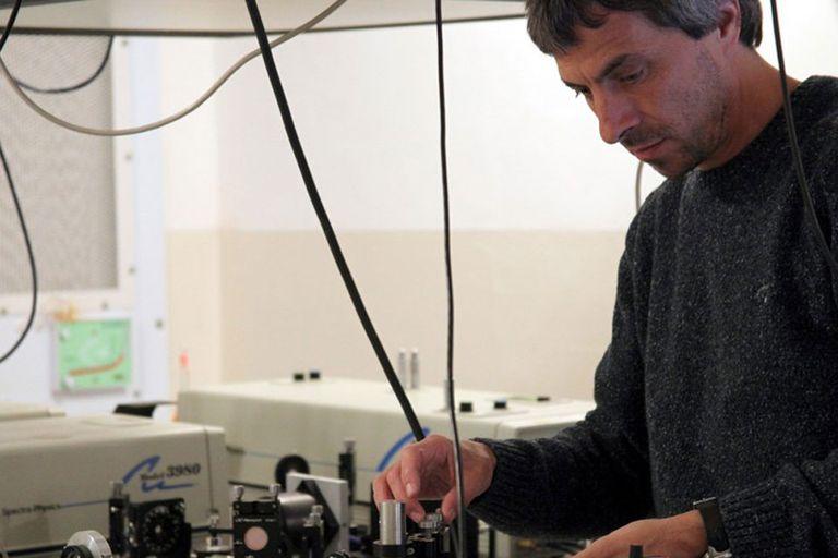 Alejandro Fainstein en el laboratorio de Fotónica y Optoelectrónica del Centro Atómico Bariloche
