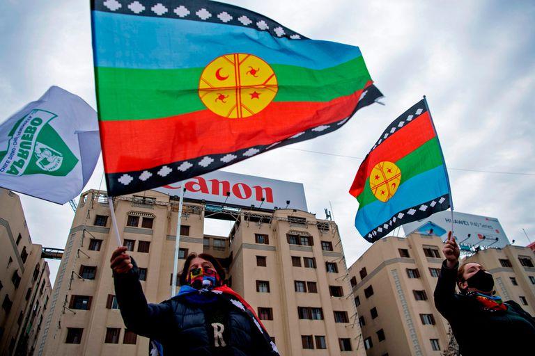 Manifestantes ondean banderas de los mapuche durante una protesta contra el gobierno de Chile, el 28 de agosto pasado
