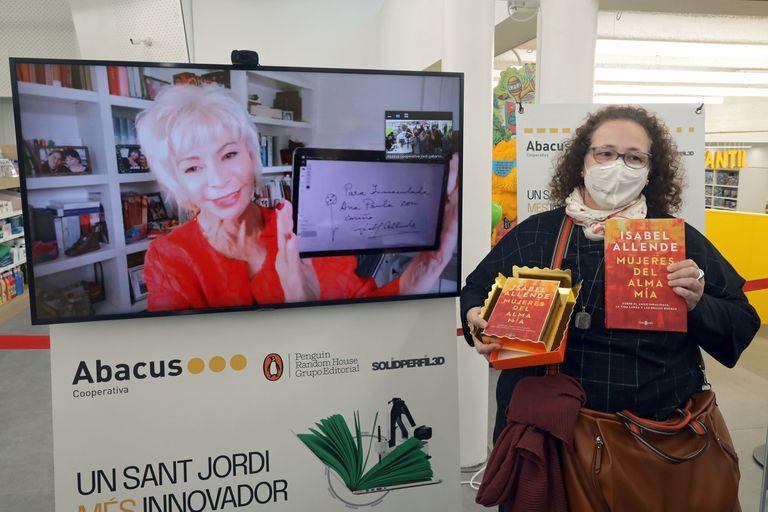 Una lectora celebra feliz que pudo dialogar con Isabel Allende y llevarse un libro autografiado a pesar de la pandemia