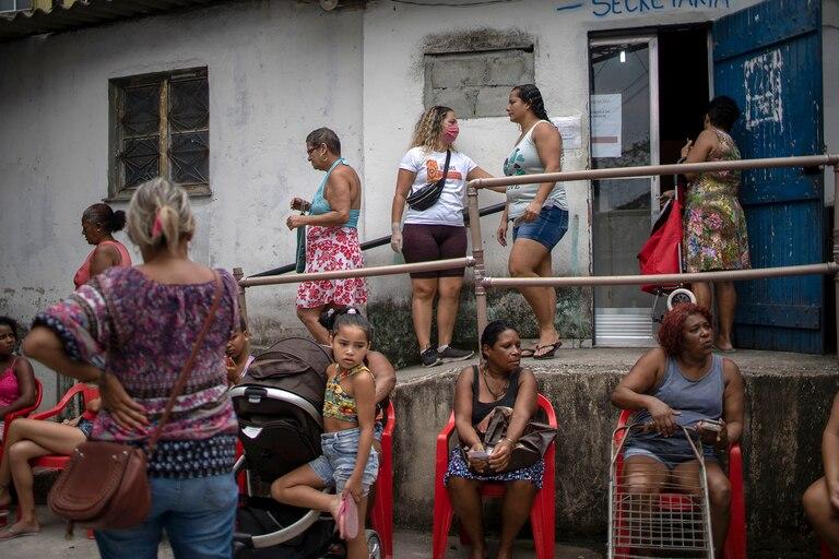 Filas para recibir donaciones de alimentos básicos distribuidos por una ONG en la favela Cidade de Deus, en Río de Janeiro