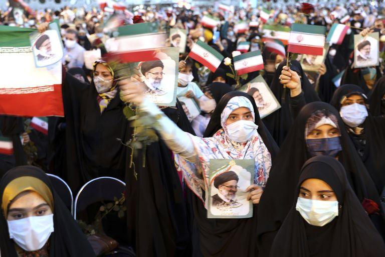 Partidarios del presidente electo de Irán, Ebrahim Raisi, celebran tras su victoria en las elecciones presidenciales de Irán, en Teherán
