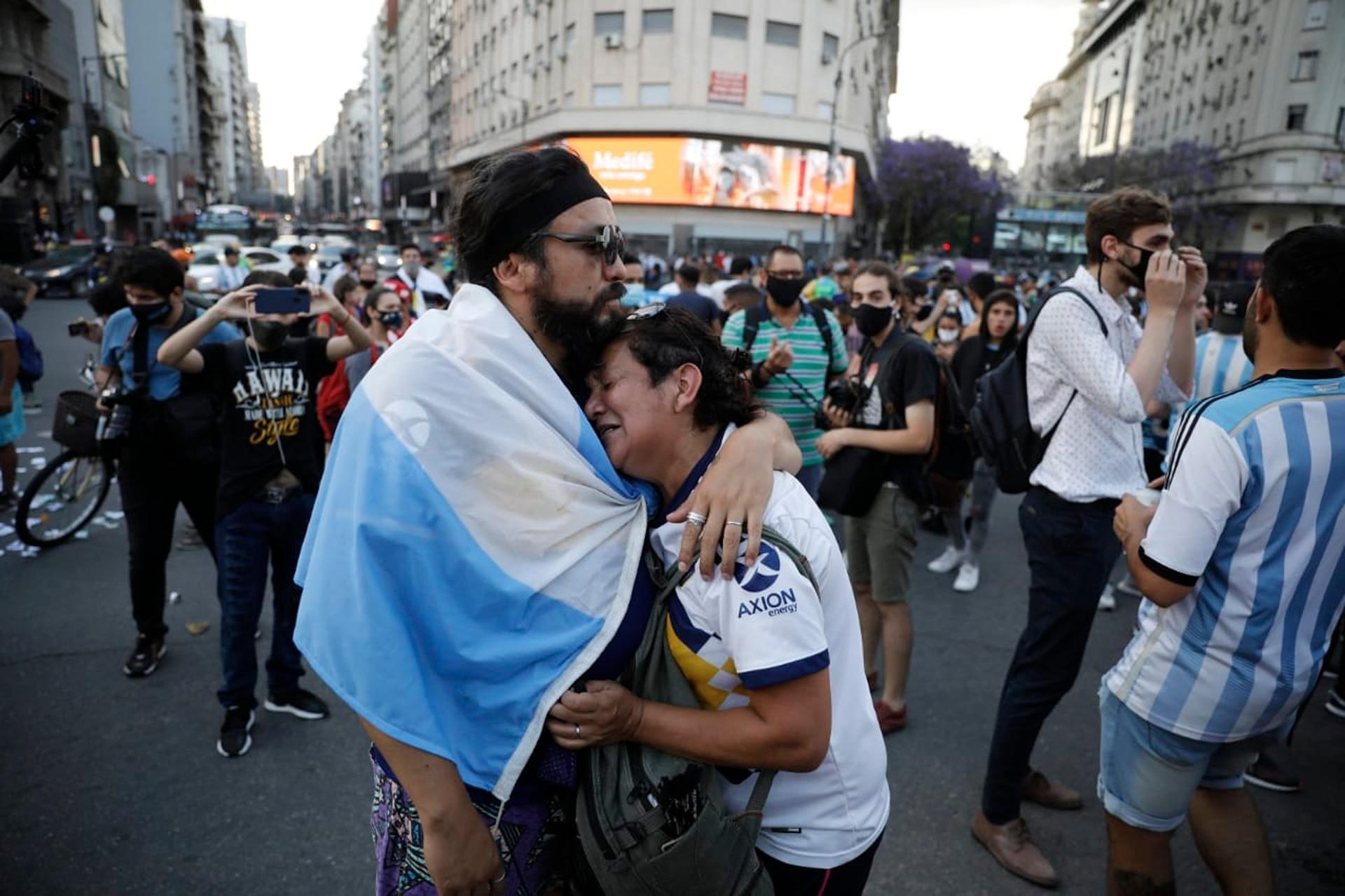 Abrazos en el Obelisco el día que murió Maradona