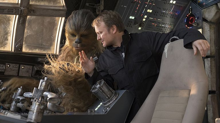 Rian Johnson dirige a Chewbacca en el set de Los últimos Jedi