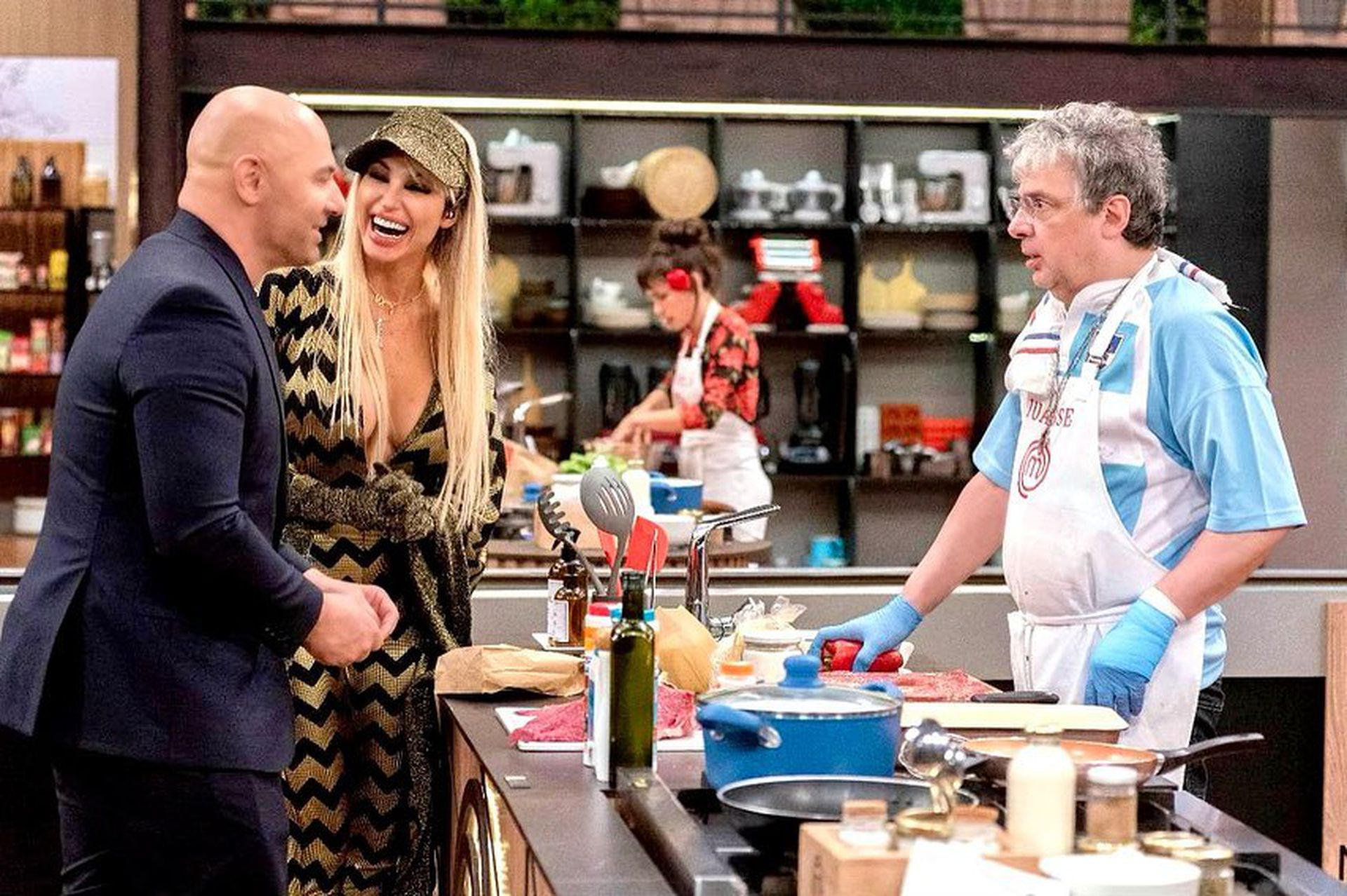 Germán Martitegui se acerca junto a Vicky Xipolitakis a la mesada de Juanse, en el último Masterchef Celebrity