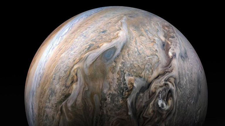 Juno tiene la misión de explorar a Júpiter.
