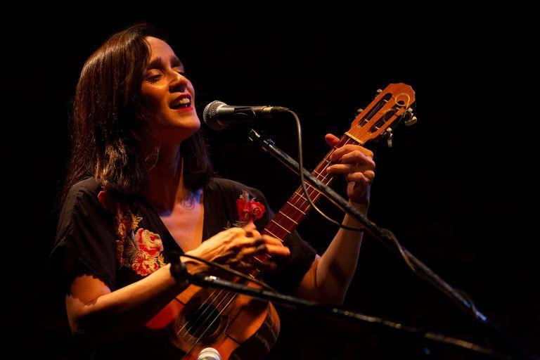 Julieta Venegas encantó al público en un show íntimo en un bar de Palermo