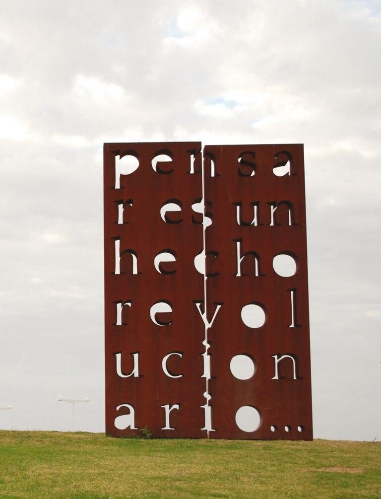 """Obra de Marie Orensanz en el Parque de la Memoria, donde se puede visitar la muestra """"Identidad"""""""