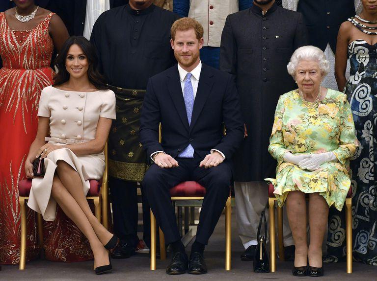 Diarios ingleses refieren que Meghan miente cuando afirma que nunca nadie le enseñó a hacer una reverencia porque la reina se encargó de poner a su disposición personal de la corona para prepararla en sus inicios en la monarquía británica