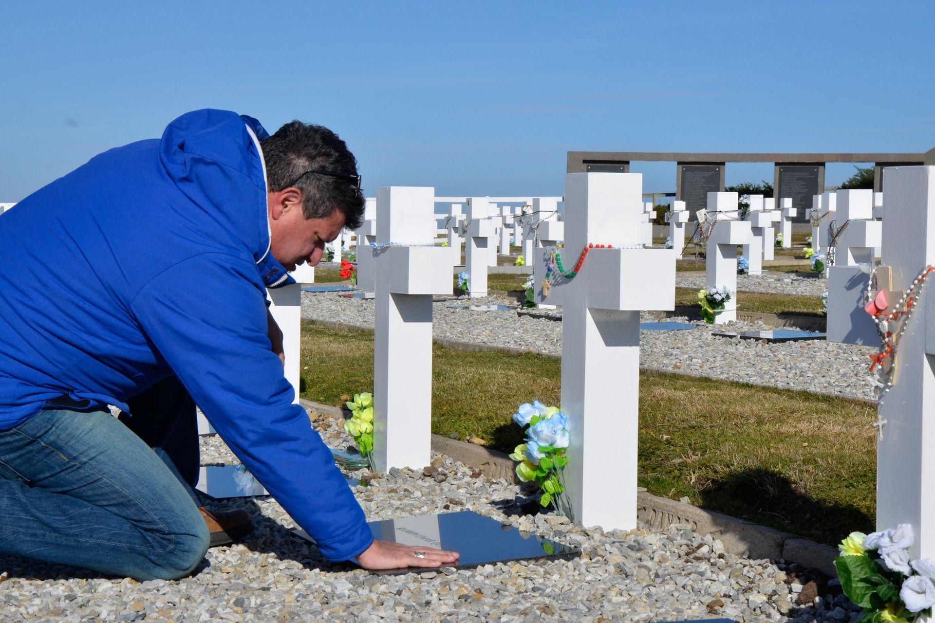 Desde el cementerio envió una foto a un televidente que le había pedido que buscara la tumba del Sargento Blanco, que había sido amigo de su padre en vida.