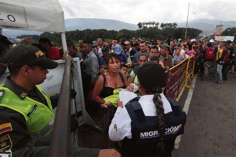 Miles de venezolanos tratan de ingresar a Colombia a través del puente Simón Bolívar