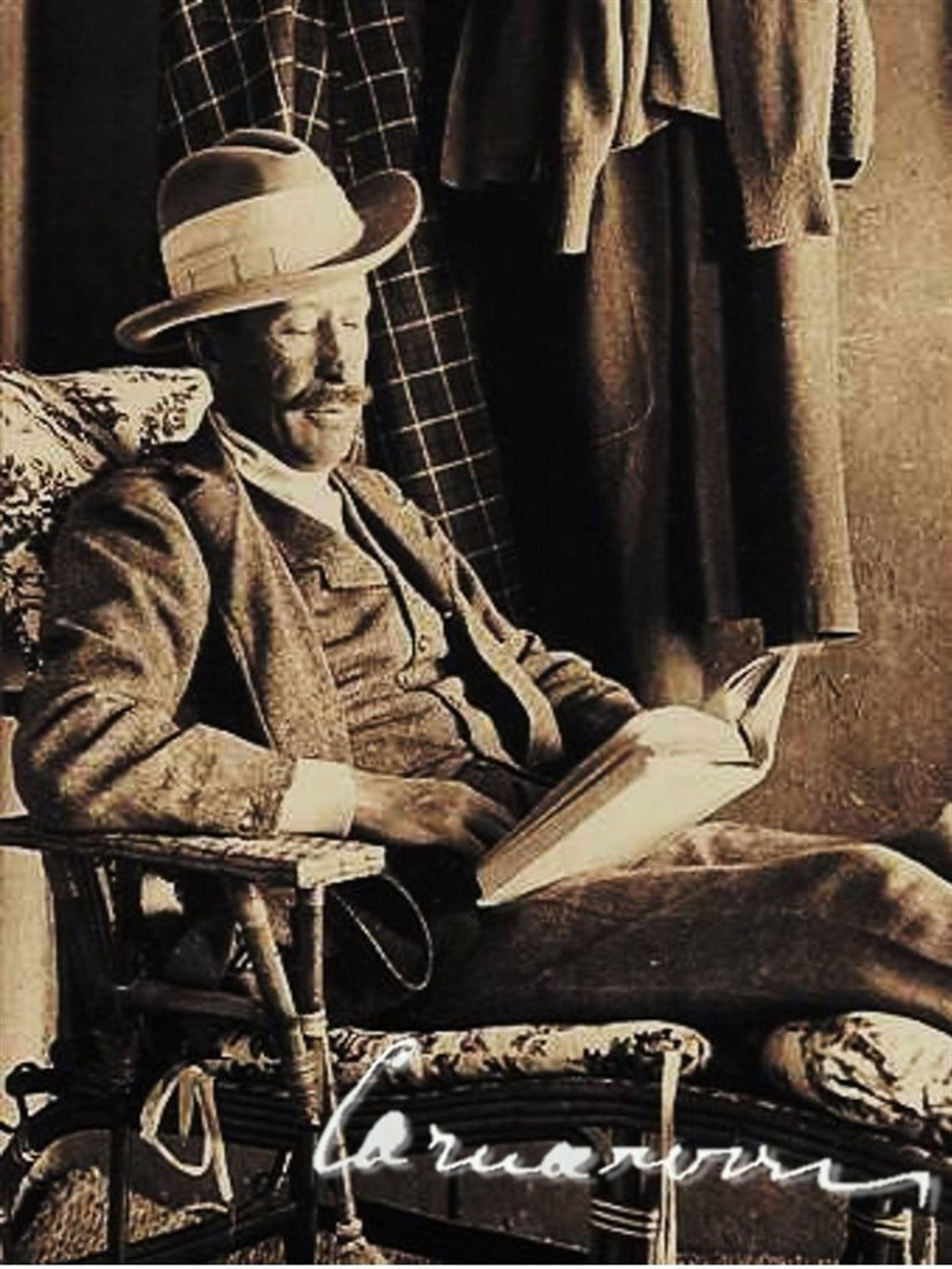 Lord Carnarvon en un momento de lectura