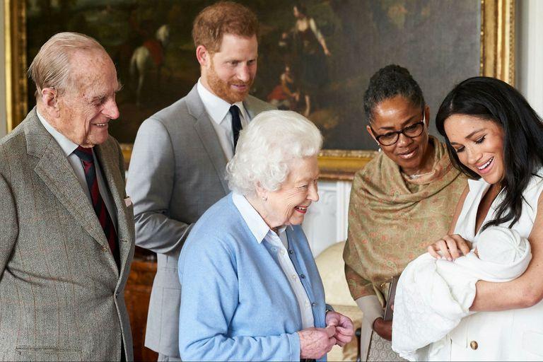 Meghan Markle y el príncipe Harry con su bebé recién nacido Archie, acompañados por la madre de Meghan, la reina de Isabel II y su marido, el duque de Edimburgo