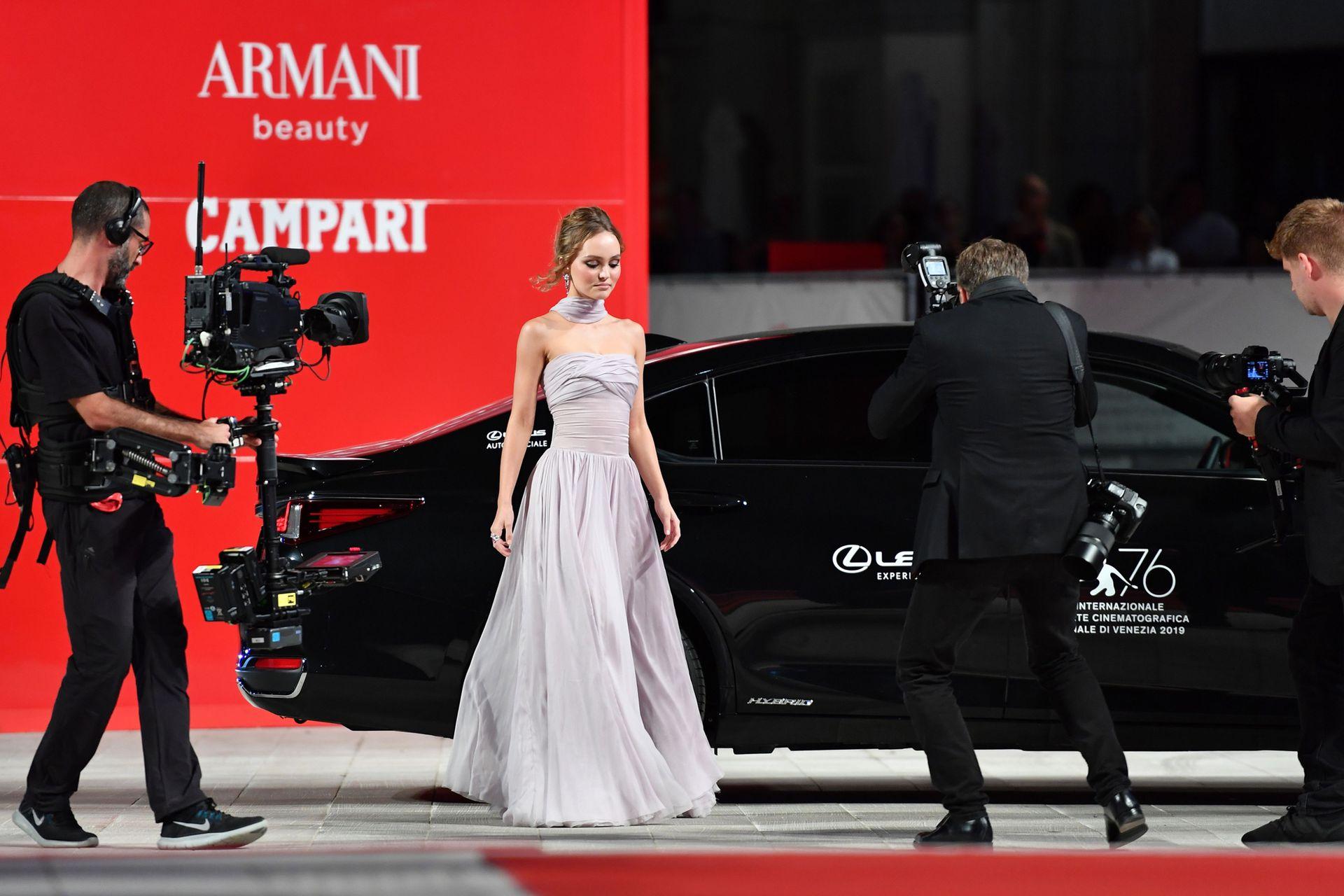 ¡Flashes a ella! La hija de Johnnt Depp, Lily-Rose Depp, estuvo en Venecia para presentar en sociedad el film The King del que forma parte