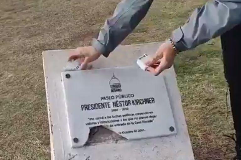 Repudian la vandalización de una placa homenaje a Néstor Kirchner