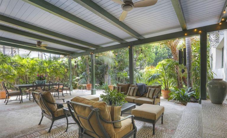 La nueva casa de Kristen Stewart cuenta con una galería totalmente equipada y rodeada de vegetación (Redfin)