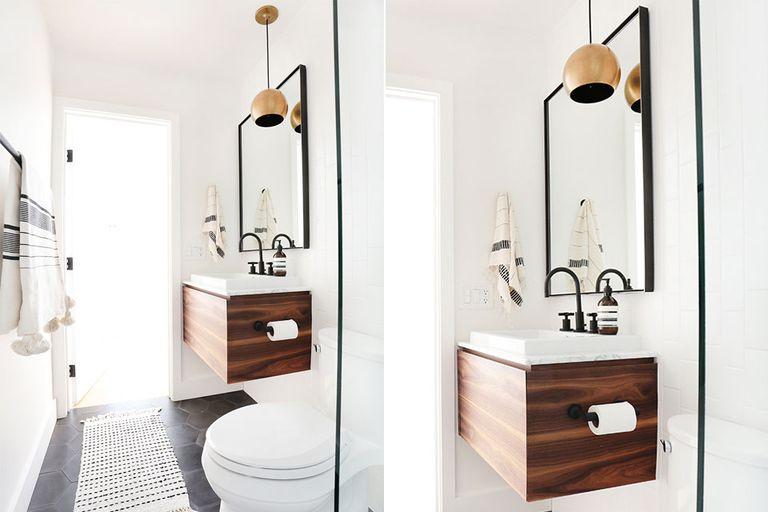 Los detalles sí importan: en esta propuesta, la grifería negra, el espejo enmarcado y la lámpara colgante marcan la diferencia