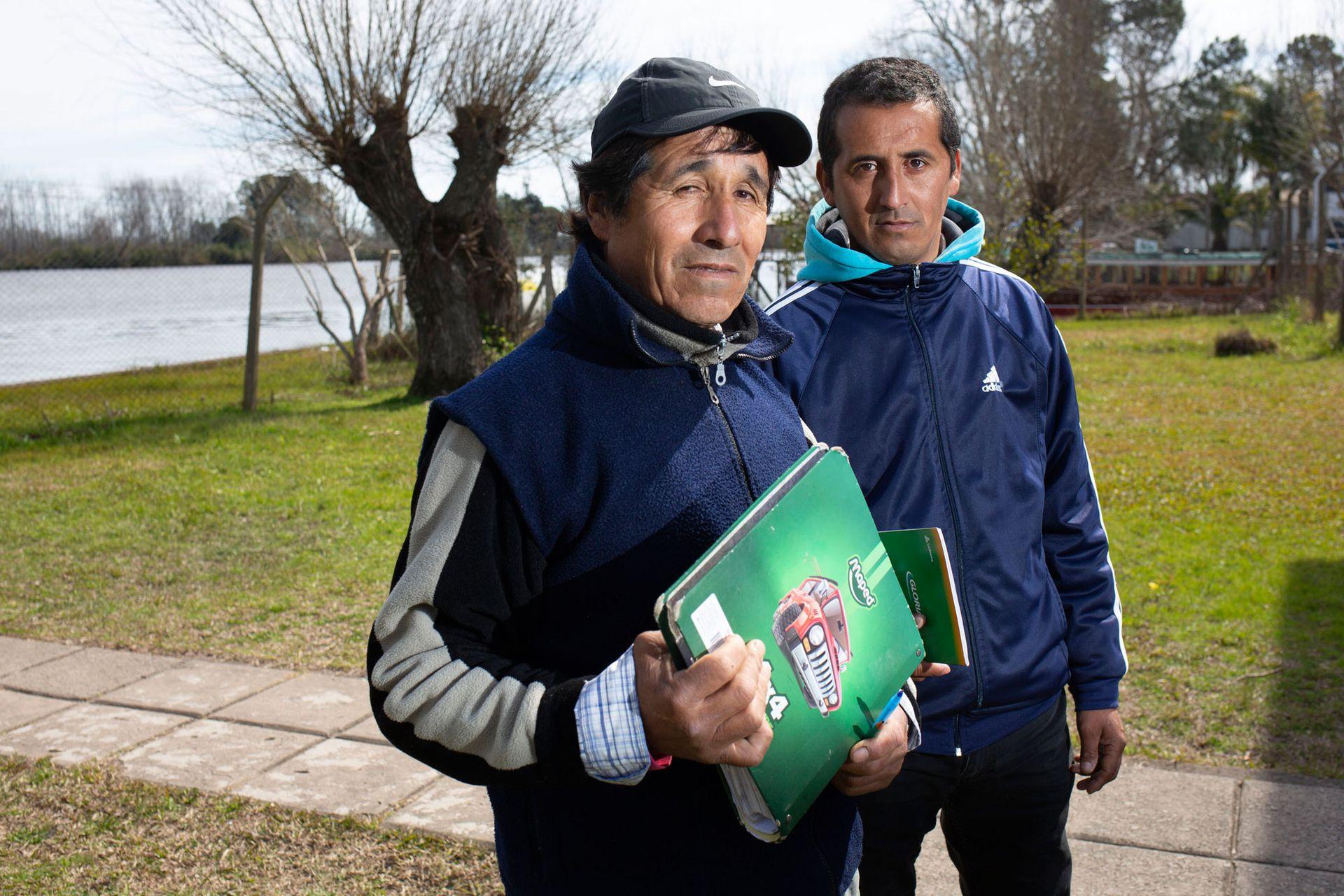 Ramón Segovia va junto a su hijo a la escuela para adultos, es parte del taller de escritura y ya se animó a escribir relatos basados en la vida cotidiana del Delta