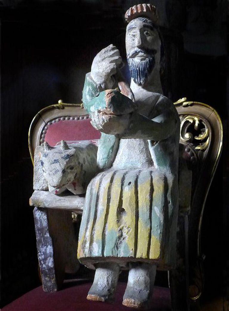 Como objeto inspirador Roux elige una talla en madera mexicana que representa a San Lucas, regalo del escritor Pedro Orgambide